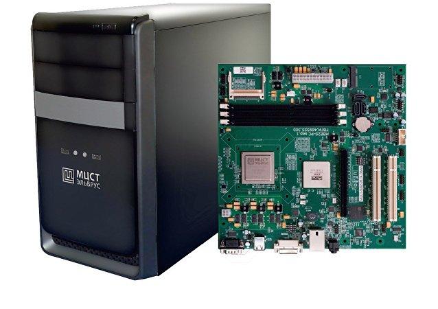 El ordenador ruso dotado con el procesador Elbrús-4S1 junto con su placa base