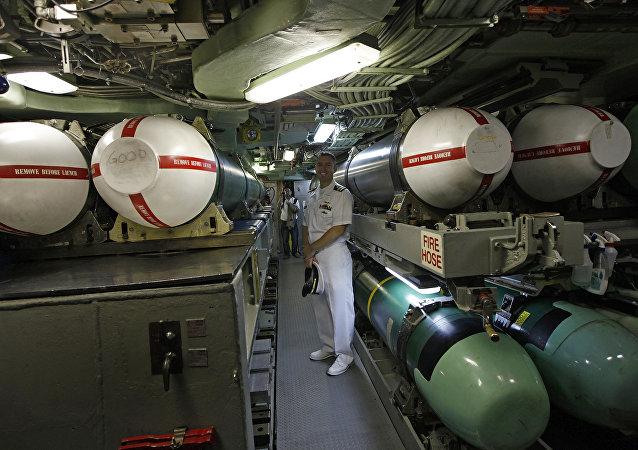 Alan Nelson al lado de unos misiles Tomahawk