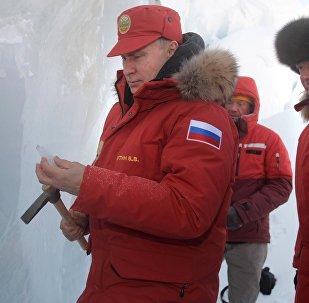 Putin con un piolet en la isla de Tierra de Alexandra