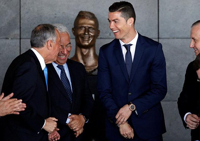 Cristiano Ronaldo cerca de su busto en el aeropuestro de Madeira