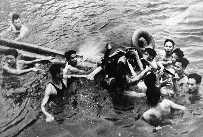 Vietnamitas sacan a McCain del lago Hanói