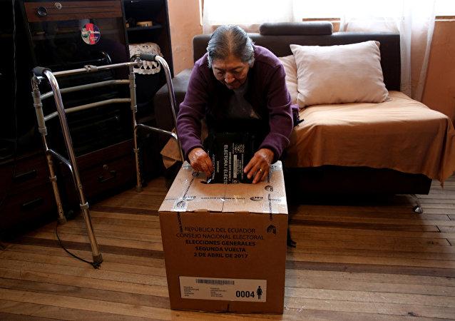 Una mujer con discapacidad sufragó durante segunda vuelta en Ecuador