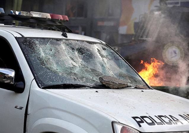 Un vehículo policial con un parabrisas roto durante una manifestación en Asunción, Paraguay