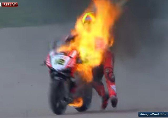 Forés, durante el incendio de su motocicleta