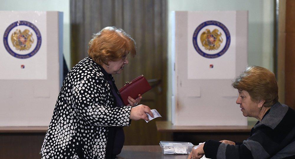 Una mujer vota en las elecciones parlamentarias en Armenia