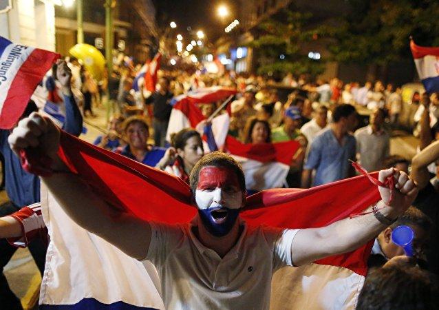 Hombre con bandera de Paraguay