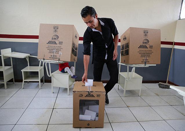 Un hombre vota en Quito, Ecuador