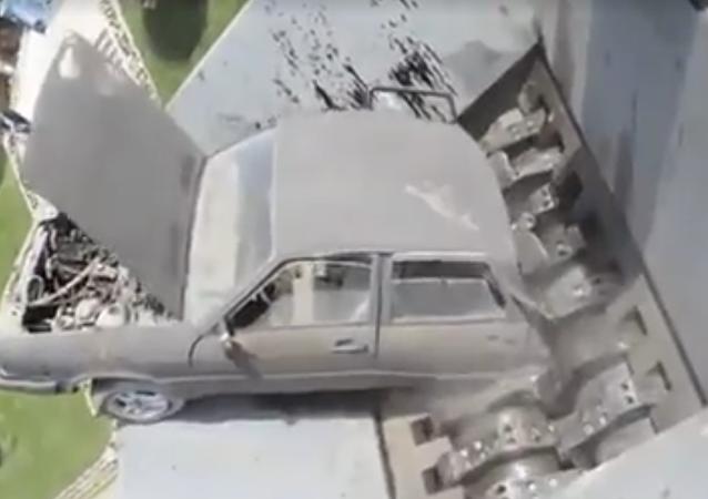 Así 'devora' una trituradora hidráulica industrial lo que se le pone por delante