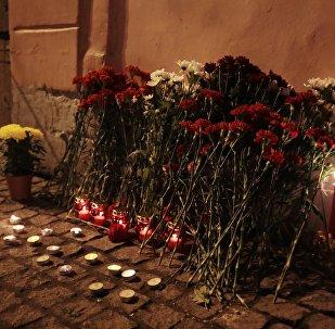 Flores colocadas por los residentes de San Petersburgo cerca de la estación del metro Tejnologuicheski Institut