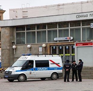 Los policías cerca de la estación del metro Sennaya Ploshad en San Petersburgo, donde se produjo una explosión (archivo)