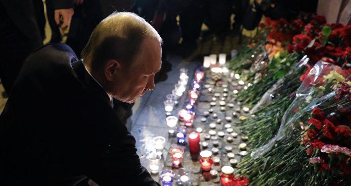 El presidente ruso, Vladimir Putin, hace una ofrenda floral en cerca del lugar de la explosion en San Petersburgo
