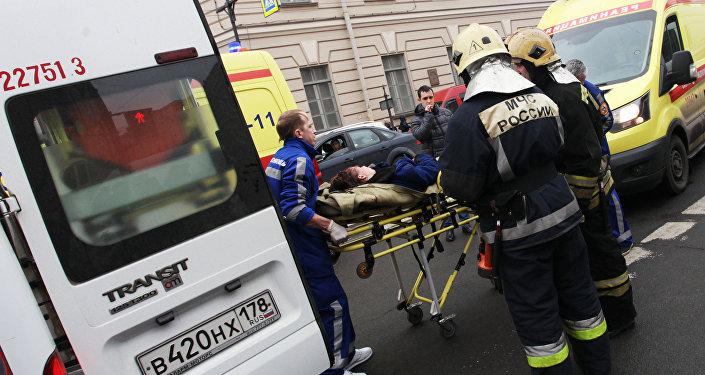 Médicos asisten a los heridos tras explosión en el metro de San Petersburgo