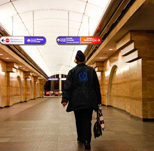 Una empleada del metro de San Petersburgo en la estación donde se produjo la explosión