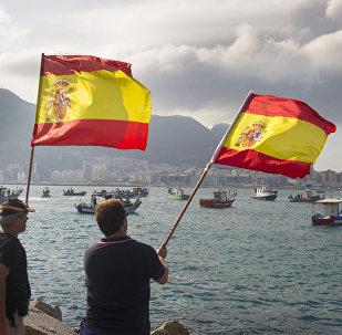 Hombres con banderas de España en la Bahía de Algeciras, cerca del territorio británico de Gibraltar