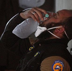 Miembro de la Defensa civil respira el oxígeno en Jan Sheijun en la provincia de Idlib, Siria (archivo)
