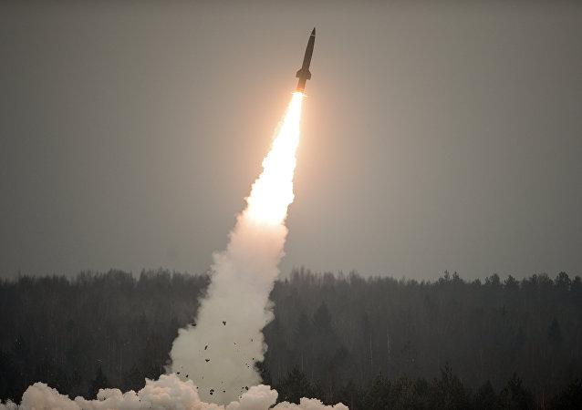 Lanzamiento de un misil del complejo táctico Tochka-U