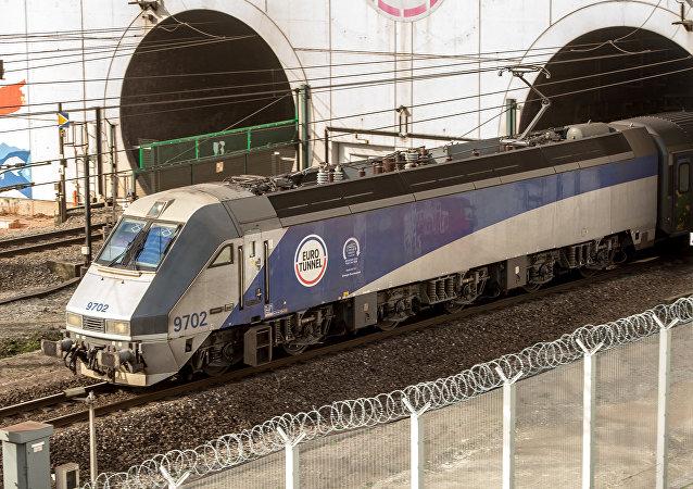 Un tren de Eurotunnel entra en un nuevo túnel de carga bajo el Canal de La Mancha