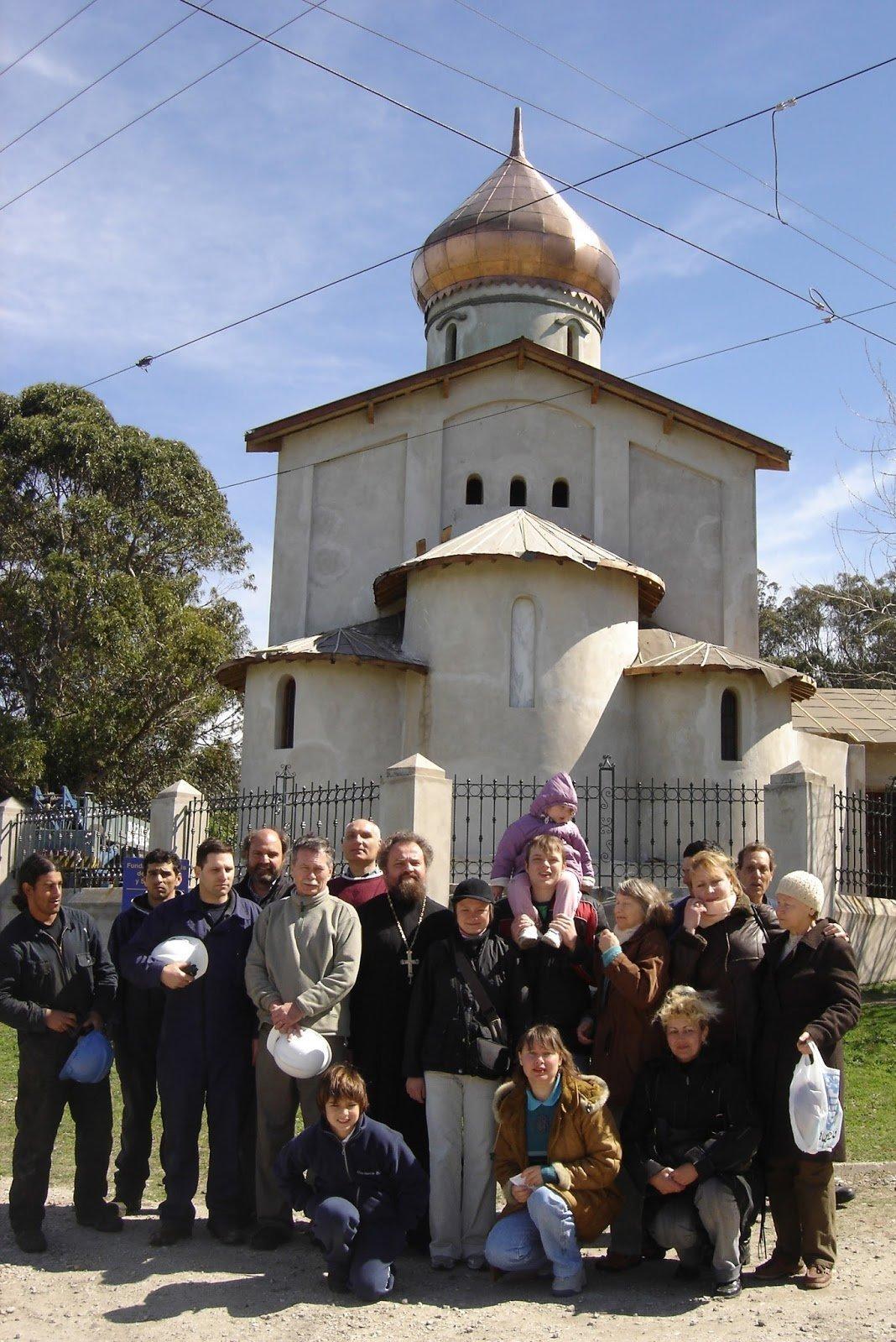 Miembros de la colectividad rusa de Mar del Plata posan frente a la Iglesia Ortodoxa Rusa Los Mártires Reales