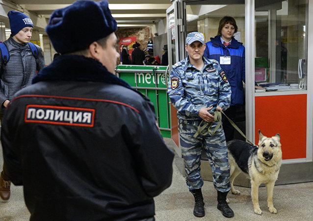 Las Fuerzas de Seguridad en el metro de San Petersburgo