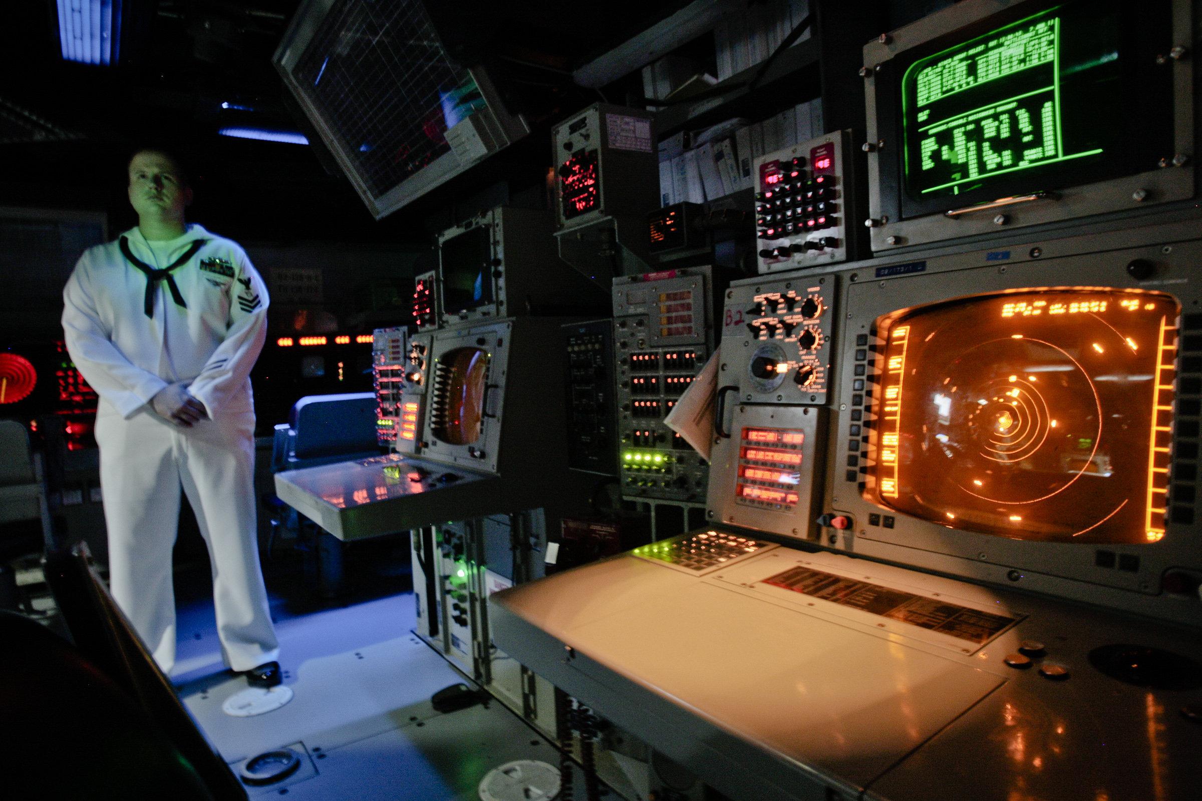 Oficial de la Marina de Estados Unidos en la sala de control del sistema Aegis del buque de guerra durante ejercicios militares en Rumania, 7 de junio de 2011