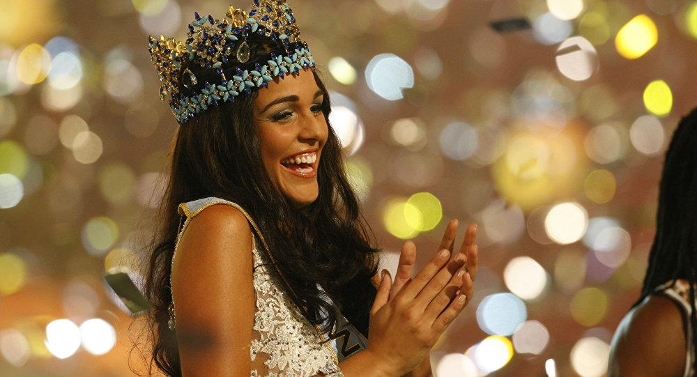 Kaiane Aldorino Lopez al ser coronada Miss Mundo en 2009
