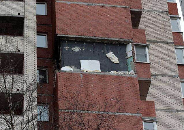 El desplome de una parte de la fachada del edificio en San Petersburgo