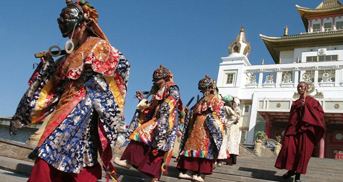 Clérigos budistas durante la danza animada Cham, en el templo de Buda Gautama de Elistá, Rusia, 23 de mayo de 2009