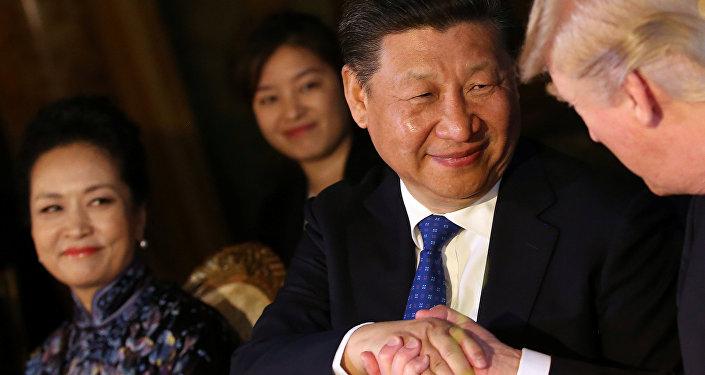 El presidente de China, Xi Jinping con el mandatario de EEUU, Donald Trump, en Florida