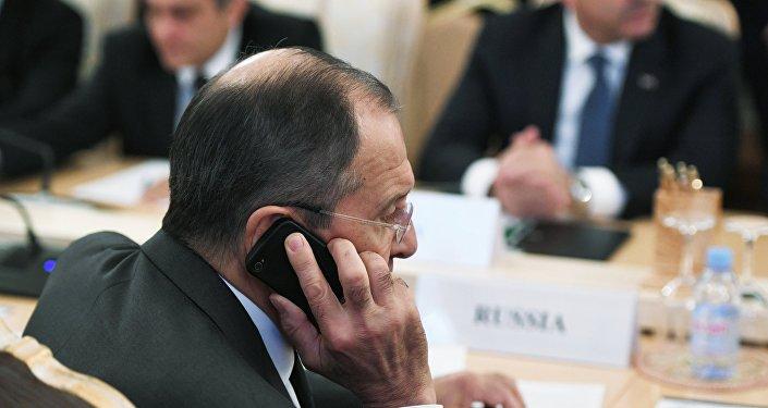 El ministro de Asuntos Exteriores, Serguéi Lavrov, habla por teléfono (imagen referencial)