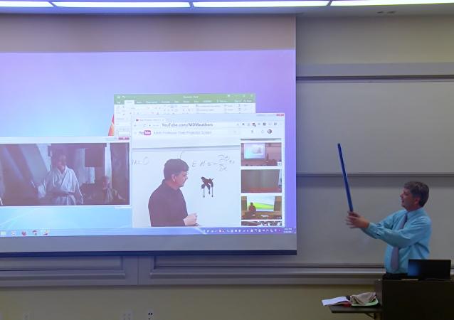 Profesor de matemáticas gasta una broma a sus alumnos