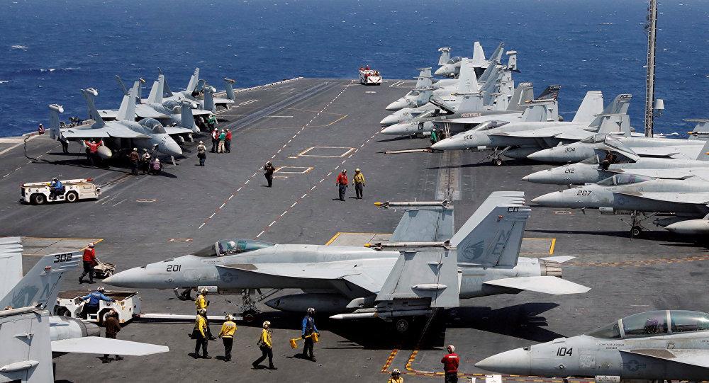 Cazas estadounidenses F-18 en el portaviones USS Carl Vinson en el Mar de China Meridional