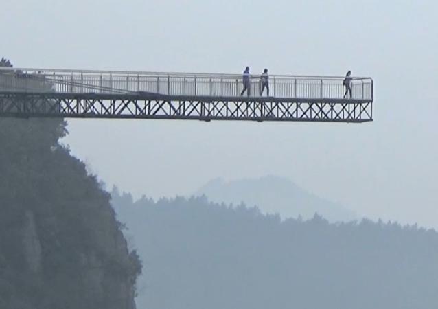 China inaugura una pasarela de cristal que te pondrá los pelos de punta