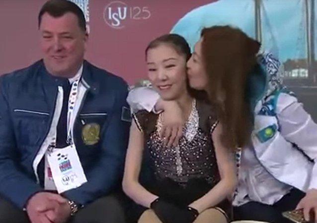 A todos nos ha pasado: madre orgullosa hace sonrojar a su hija patinadora