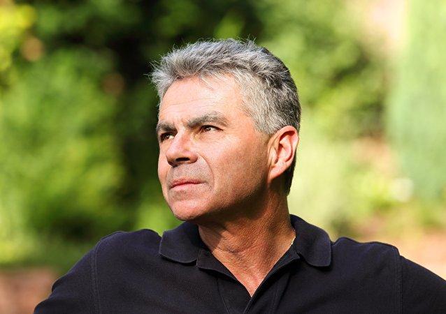 Hombre con cabello gris