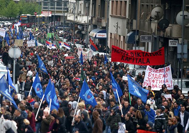Manifestantes participan en una protesta contra la victoria de Vucic en las elecciones presidenciales de Serbia