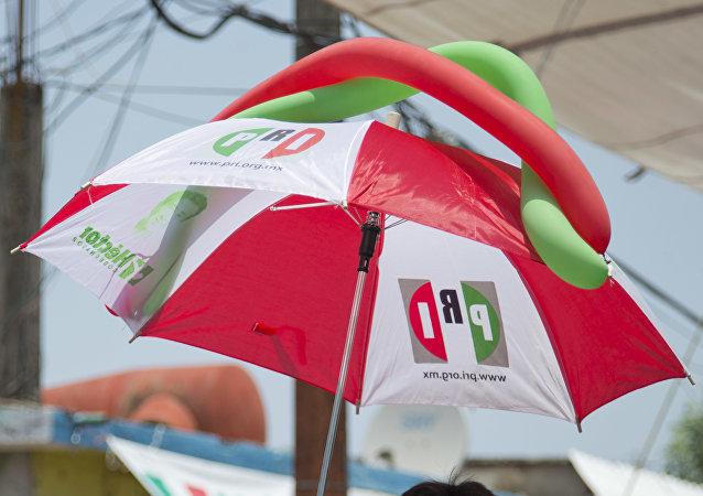 Paraguas con logo de PRI (archivo)