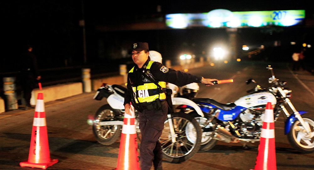La policía de El Salvador cierra carretera Panamericana por el sismo