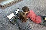 Niños frente a un computador