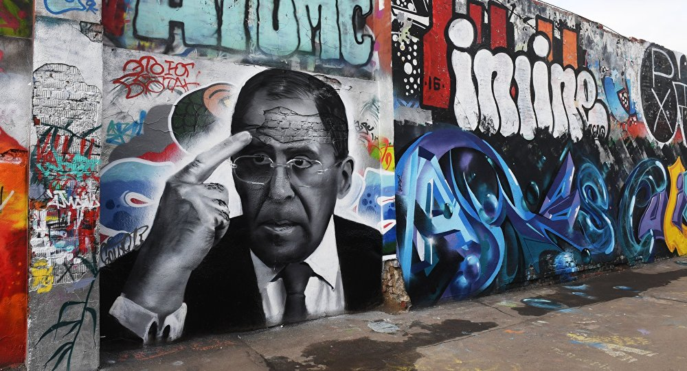 Un grafiti con el retrato de Serguéi Lavrov, canciller ruso