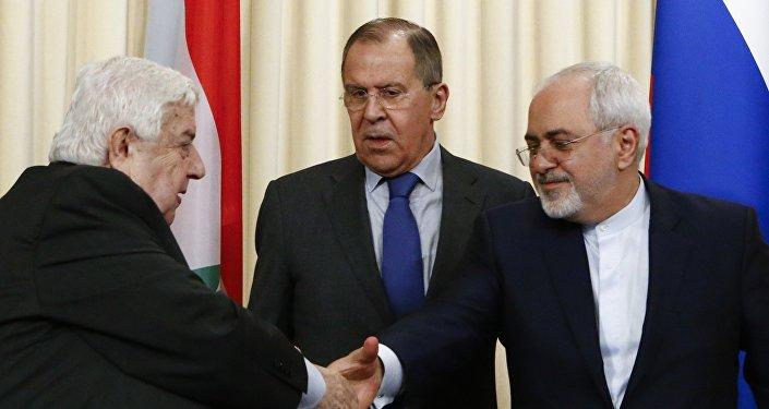 El ministro de Exteriores de Rusia, Serguéi Lavrov, con sus homólogos Walid al Mualem y Mohamad Yavad Zarif