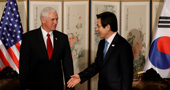 El vicepresidente de EEUU, Mike Pence, y el primer ministro surcoreano, Hwang Kyo-ahn