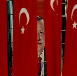 El retrato de Recep Tayyip Erdogan, presidente de Turquía, detrás de la banderas del país