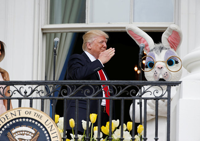 Donald Trump junto a un personaje de Pascua en la Casa Blanca en Washington