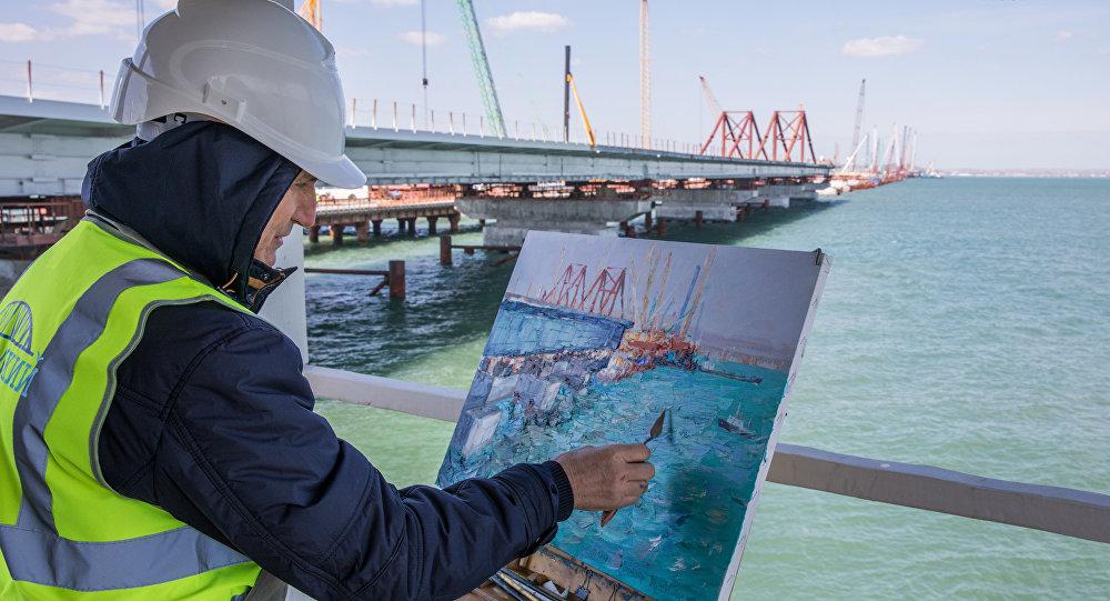 Un pintor realiza boceto del proceso de construcción del puente de Crimea