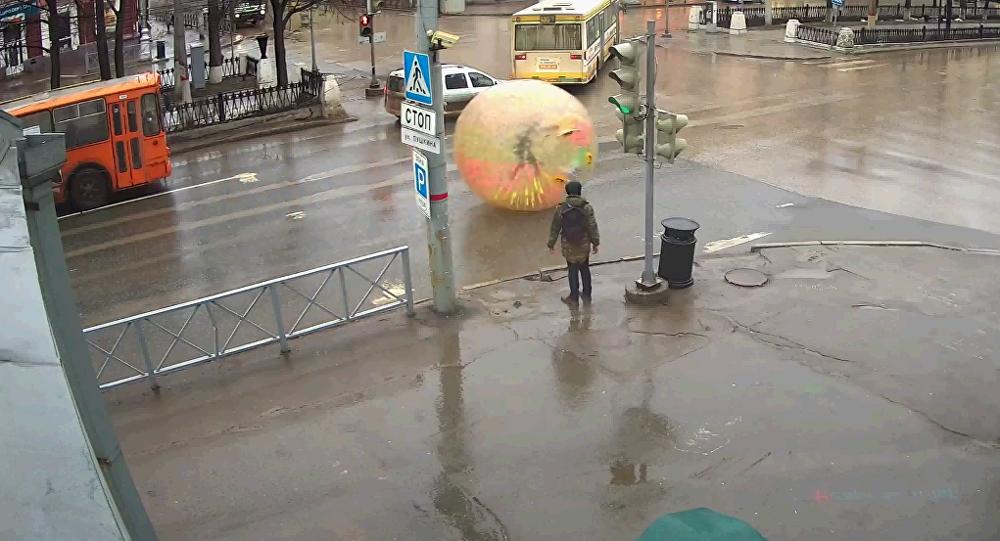 Un hombre recorre las calles dentro de una bola gigante
