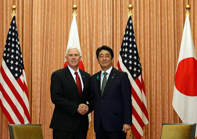 Mike Pence, vicepresidente de EEUU, y Shinzo Abe, primer ministro de Japón