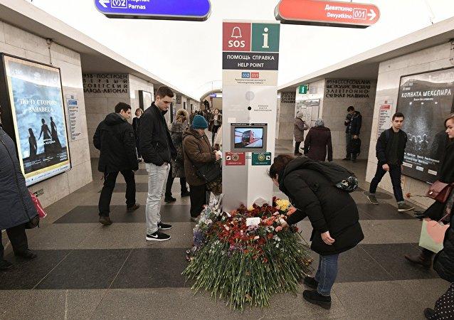 Las flores en homenaje a las víctimas de la explosión en San Petersburgo (archivo)