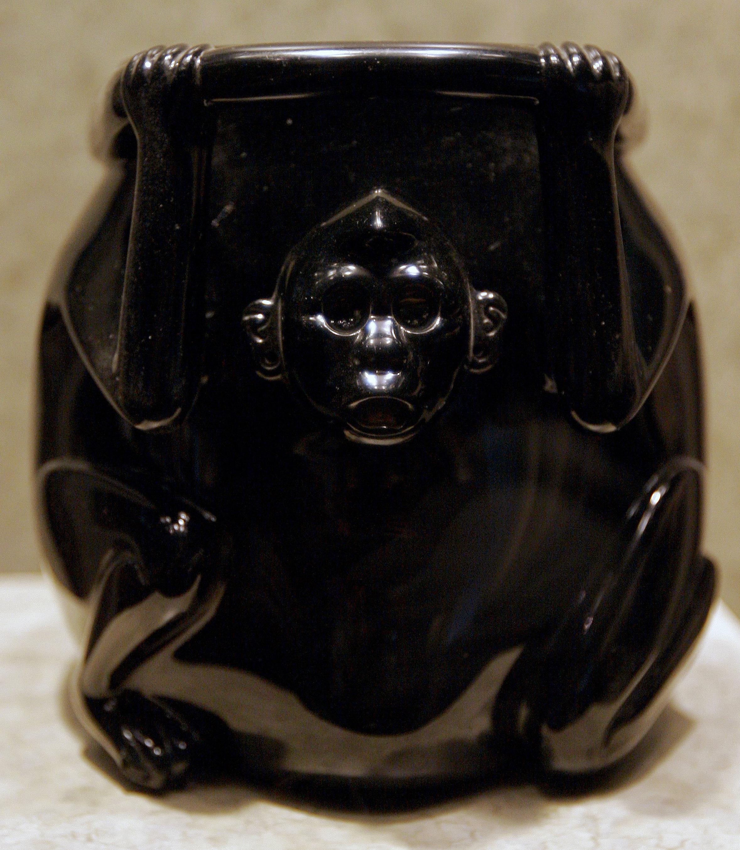 Una vasija ritual de obsidiana en forma de un mono, Museo de Antropología e Historia, México