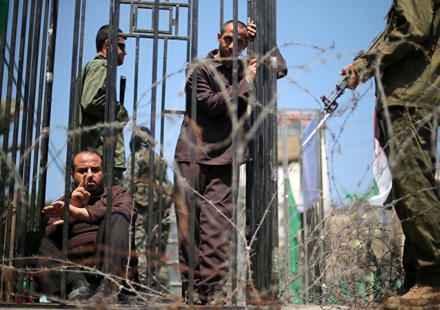 Los hombres representan a los prisioneros palestinos durante las manifestaciones de su apoyo