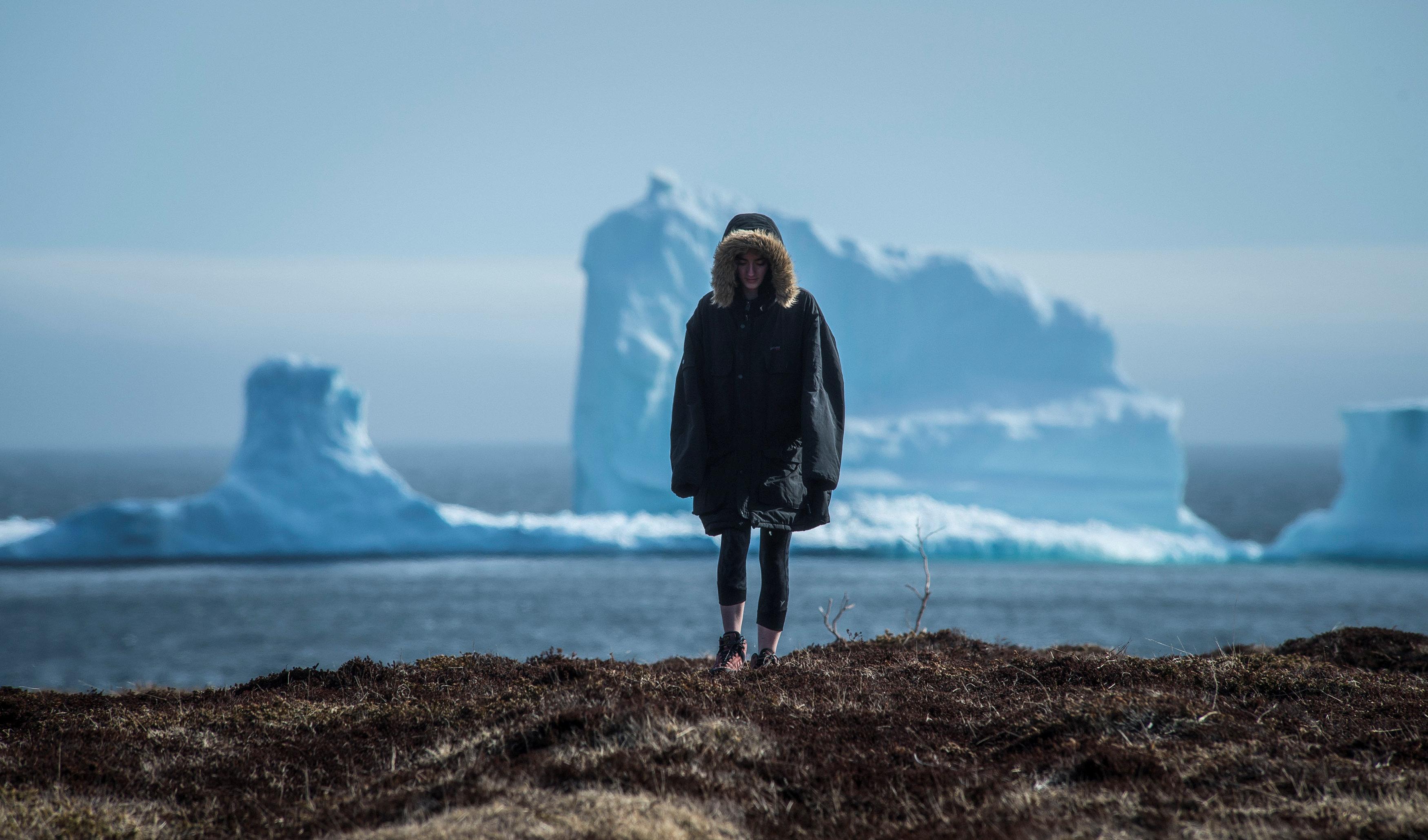Los residentes ven el primer iceberg de la temporada mientras pasa la Costa Sur de Newfoundland
